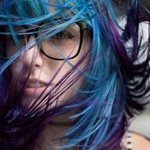 Cabelo colorido de azul e roxo