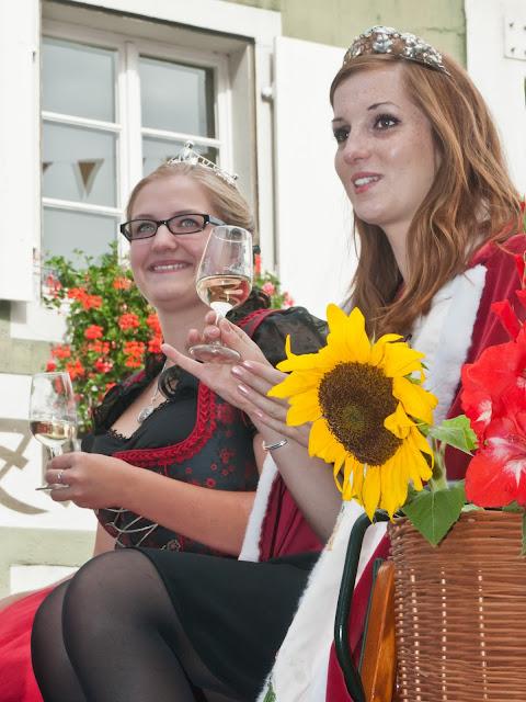 Die Markgräfler Weinprinzessin Larissa Brombacher (l.) und die elsässische Weinkönigin Aurelie Schneider in der Kutsche mit den Ehrengästen.