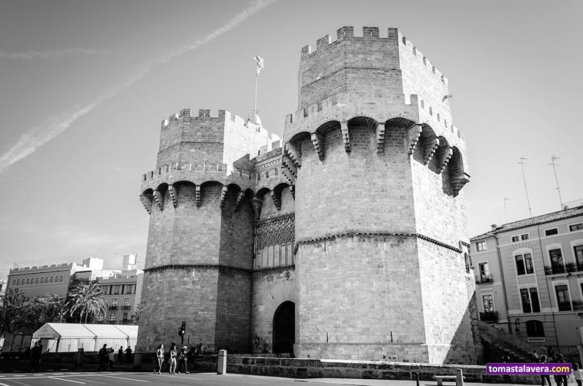 Nikon D5100, 18-55 mm, Edificios y Monumentos, Blanco y negro, Torres de Serranos, Valencia, Fallas 2014,