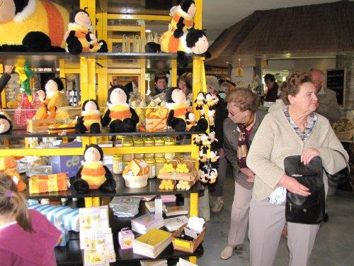 Het honing winkeltje valt bij iedereen wel in de smaak.