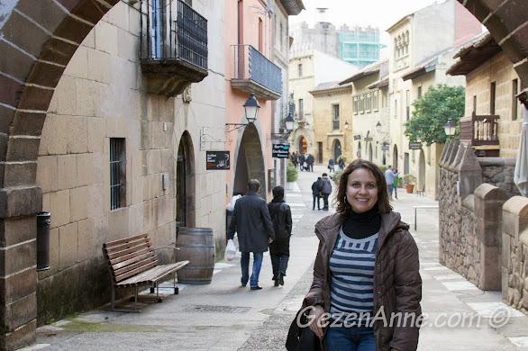 Poble Espanyol sokaklarında dolaşırken, Barselona