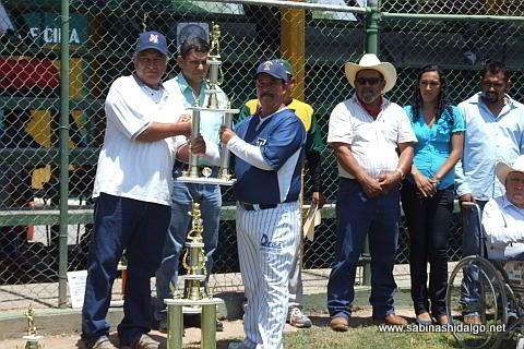 Entrega del trofeo de subcampeón del torneo anterior