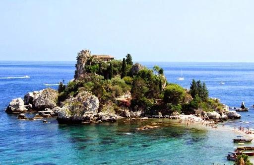 изола Белла (красивый остров) находится в  Ионическом море