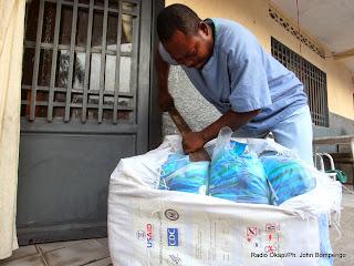 Ouverture d'un ballon des moustiquaires imprégnées dans un centre de santé à Kinshasa, pour la distribution à la population par le Programme National de Lutte contre le Paludisme(PNLP). Radio Okapi/Ph. John Bompengo