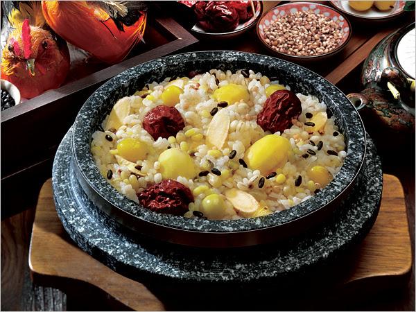 Yeongyang-dolsotbap (arroz nutritivo en olla de piedra)