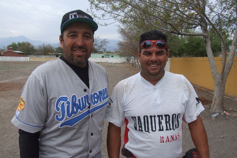 Rogelio Cárdenas y Gilberto Villarreal de Tiburones en la Liga de Beisbol de Salinas Victoria