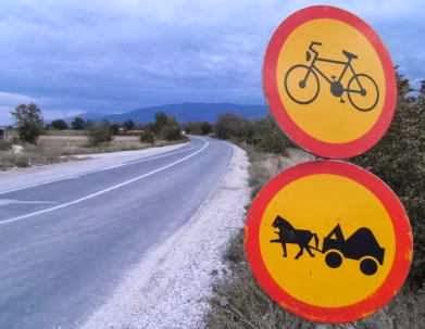Fahrrad-Fahren und Pferde-Fuhrwerke sind verboten auf der Straße von Prishtina nach Skopje, Mazedonien