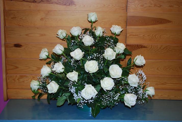 Centro de rosas blancas