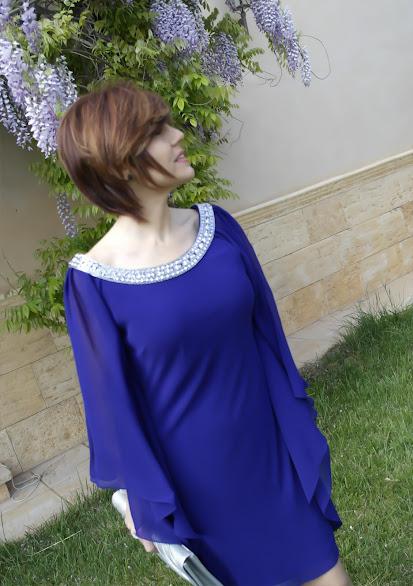 Vestido de fiesta azul y zapatos para combinar.