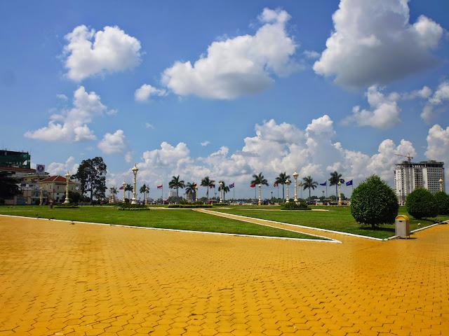 площадь перед дворцом в Пномпене