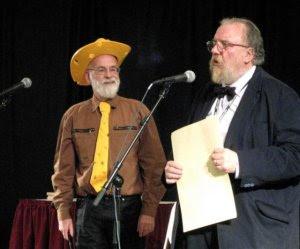 Terry w serowym kapeluszu i krawacie