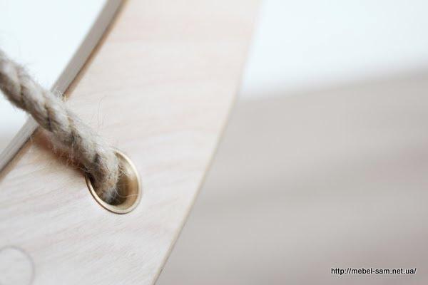 В нижние отверстия так же вставлены металлические втулки для защиты веревки от истирания
