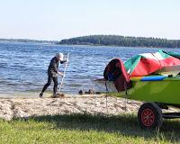 Dan fjerner sten og tang fra stranden