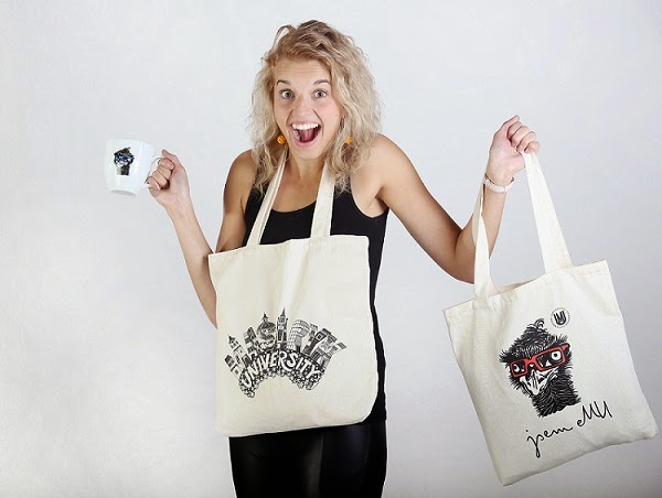Okrem mikín je záujem aj o plátenné tašky a hrnčeky. Foto: Masarykova univerzita
