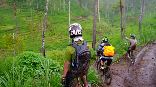 Jalanan menurun kembali. Kami harus menuruni bukit dan sampai di kaki bukit seberang. Cukup curam dan licin sehingga harus hati-hati.