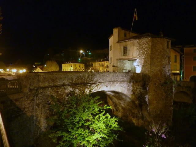 Il ponte vecchio a Sospel in notturna