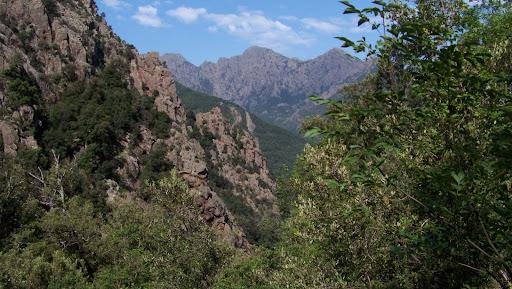 Trace cairnée RD du Fangu : la vallée remontée