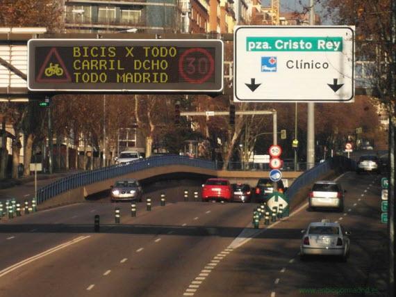 La ordenanza ciclista en los paneles luminosos de la ciudad