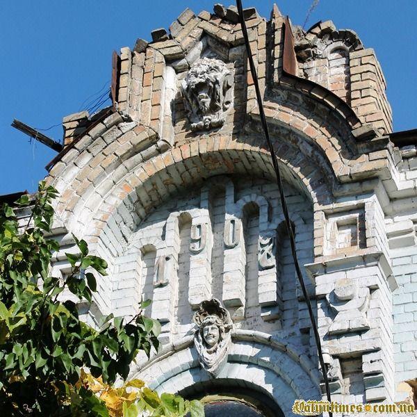 Маскарони та рік будівництва на фронтоні будинку на вул. Ковельській, 18