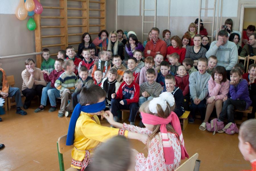 Дети участвуют в конкурсе во время празднования масленницы в Ветринской школе-интернате. / 5 марта 2011г. / д.Быковщина, Беларусь