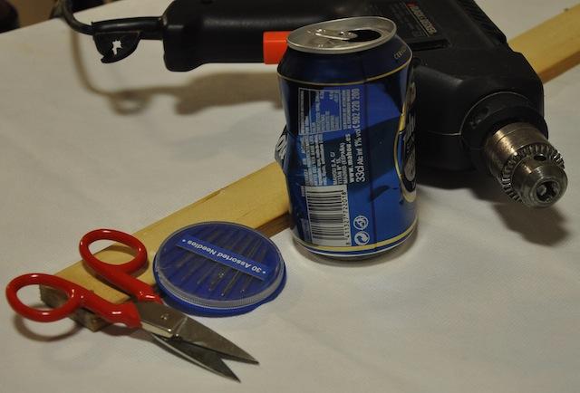 Herramientas necesaria, taladro, lata, tijeras agujas, madera blanda.