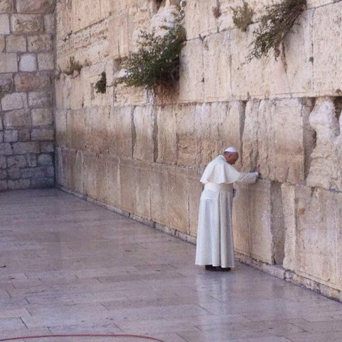 Pope Francis prays at Wailing Wall