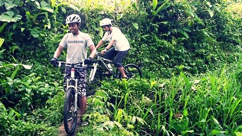 Tidak hanya jalan lebar, kami juga melewati pematang sawah dan kebun milik warga. Ditambah dengan medan yang menurun, menjadikannya tantangan bagi kami.