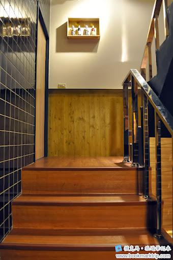 豆子咖啡前往二樓的樓梯間