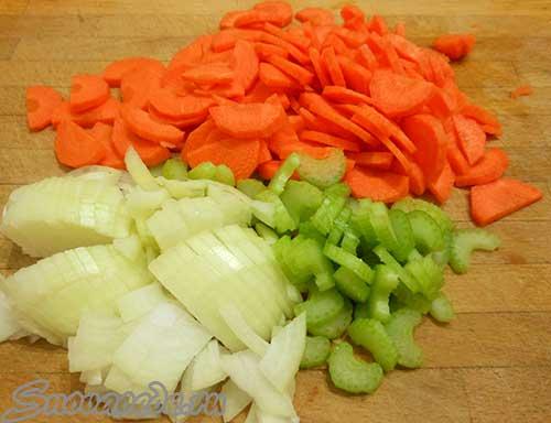 порезать лук, морковь, сельдерей
