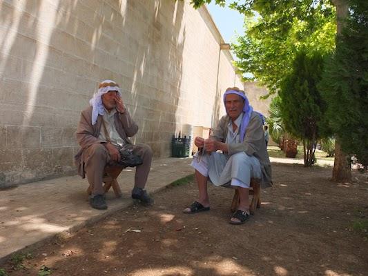 Homes àrabs asseguts al basar de Sanliurfa