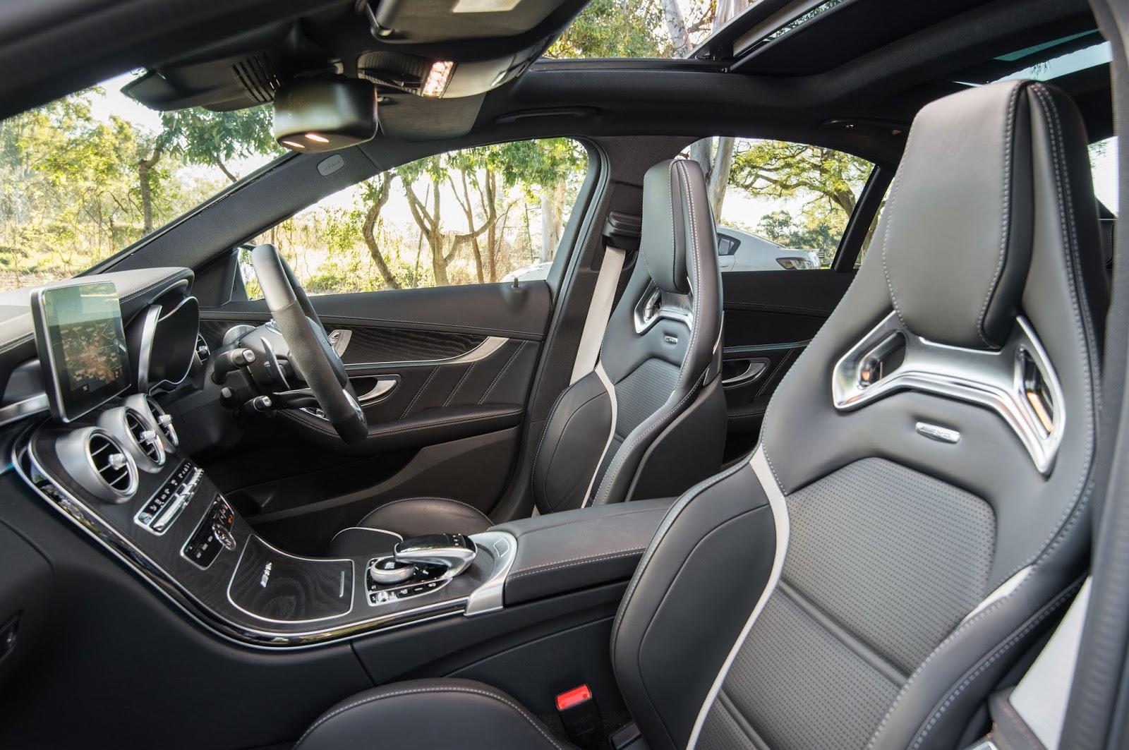 Khoang lái của xe quá cá tính, như ngồi trong siêu xe, xe có cửa sổ trời, ghế bọc da Nappa