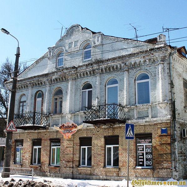 Блок з двох будинків під одним дахом на вул. Б.Хмельницького, 38