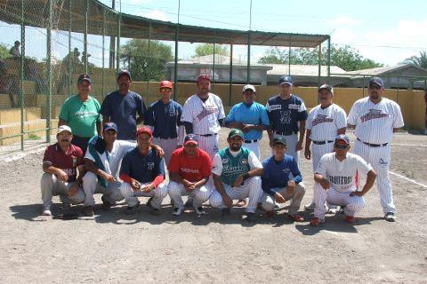 Equipo de beisbol Tiburones dl Sertoma en la Hacienda Larraldeña