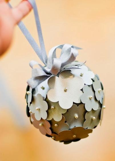 Bola de isopor com flores de papel