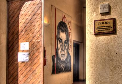 Sizilien - Blick durch den Haupteingang des Mafia-Museums von Corleone.