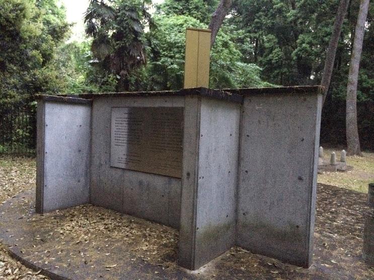 追悼碑を裏側から見た様子。ここにもプレートがつけられ、メッセージが書かれている。
