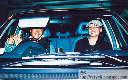 2001年 12月,劉愷威揸車送廖碧兒返屋企時俾記者發現,笑容尷尬。