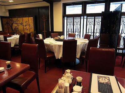 円卓に白いテーブルクロスが掛けられ、おごそかな高級中華料理店の感じ。