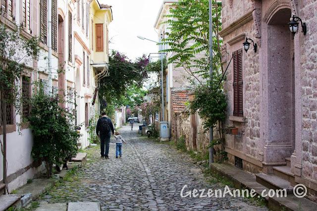 Cunda sokaklarında yürürlen