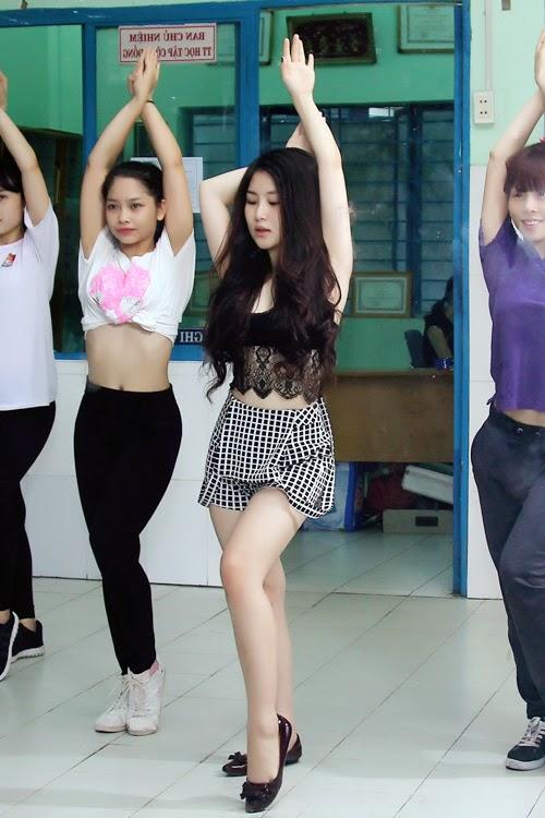 Hương Tràm hở bạo khi đi tập vũ đạo