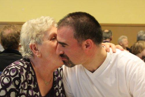 Wim krijgt een dikke kus van tante Jacqueline.