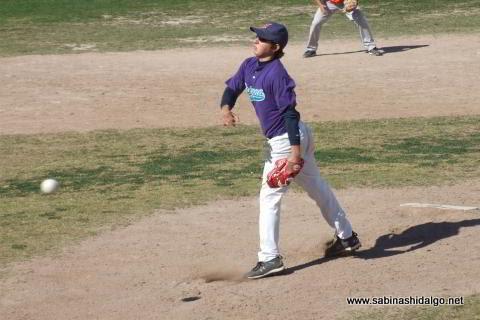 Adrián Leal de Burócratas A en el softbol dominical