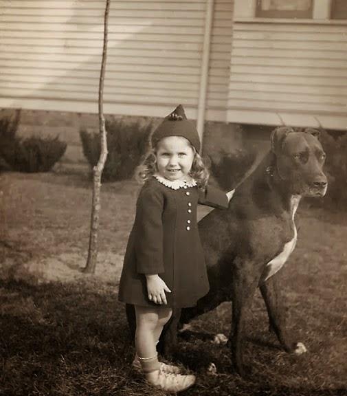 Criança e Pit Bull em foto do século XX