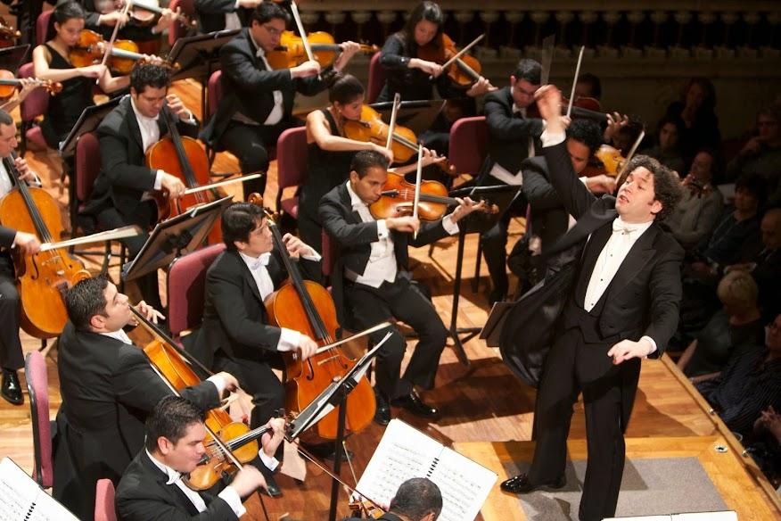 Emocionado, luego de interpretar el programa del primer día, el maestro Gustavo Dudamel dirigió dos bises: Preludio de Tristán e Isolda, y La cabalgata de las valkirias, ambas de Richard Wagner. Para el segundo día, hizo lo propio con Pajarillo y Alma llanera