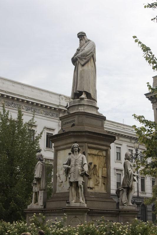 На площади между ними - памятник Леонардо
