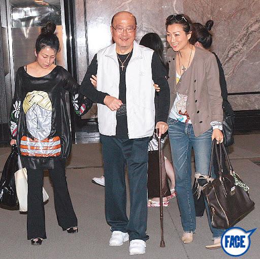 Sammi一向愛錫家人,為免行動不便的父親(中)搭長途機,刻意揀只需兩小時機程的沖繩。