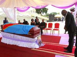 Didi Kinuani rendant des hommages à King Kester Emeneya le 01/02/2014 au palais du peuple à Kinshasa, après l'arrivee du corps en provenance de Paris. Radio Okapi/Ph. John Bompengo