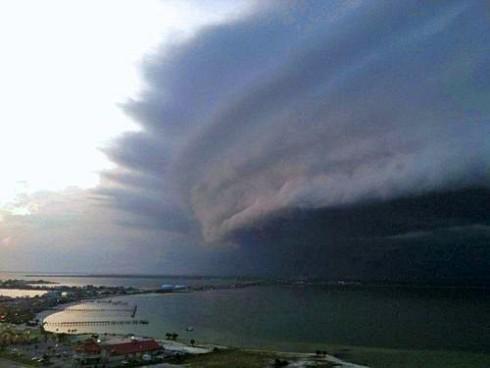 Фотография облачного фронта урагана Ирина (Айрин, Irene) у побережья Северной Каролины (North Carolina)