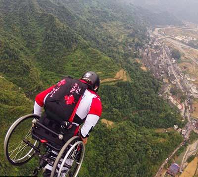 Lonnie Bissonnete, Lakukan Aksi Terjun Payung dengan Kursi Roda