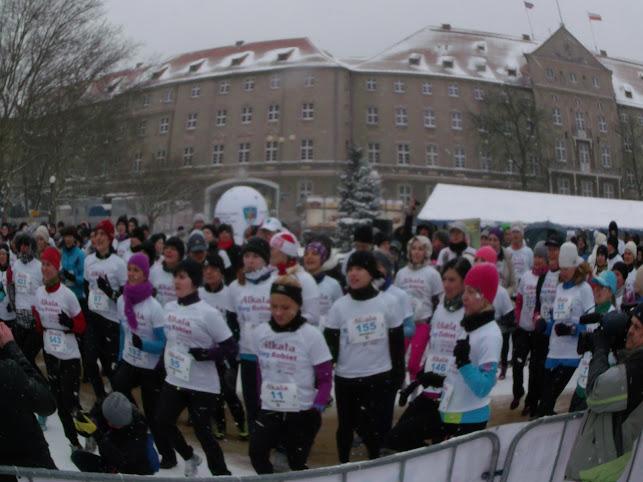 Läuferinnen beim Warm-up - im Hintergrund das Gebäude der Stettiner Stadtverwaltung (Foto: A. Schwarze)